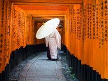 Sacerdote shintoista nel santuario di Fushimi-Inari-Taisha Fotografia Stock