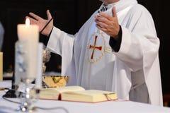 Sacerdote y adoración en el altar Fotos de archivo