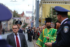 Sacerdote y policía ortodoxos Fotos de archivo libres de regalías