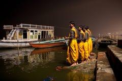Sacerdotes hindúes durante la ceremonia de Ganga Aarti Foto de archivo