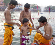 Sacerdotes hindúes en Kumbh Mela imagen de archivo