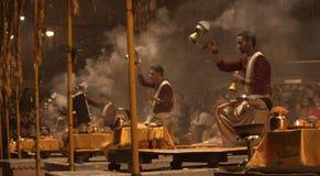 Sacerdotes hindúes que ofrecen rezos por Ganges Imagen de archivo libre de regalías