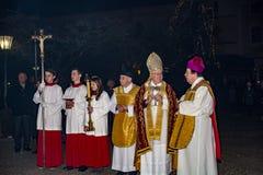 Sacerdotes que hablan antes de masa Foto de archivo