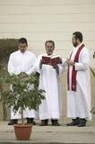 sacerdoti che leggono dalla bibbia sul Venerdì Santo Fotografie Stock Libere da Diritti