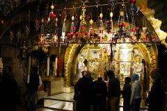 Sacerdoti e pellegrini ortodossi nella chiesa del sepolcro santo fotografie stock