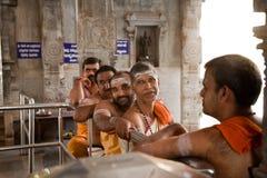 Sacerdoti indiani felici in tempiale immagine stock