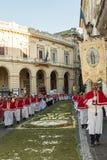 Sacerdoti nella processione religiosa del corpus Domini con il infio Immagine Stock Libera da Diritti