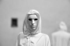 Sacerdotisa de la magia blanca, hechicero con la casa de campo masónica oculta de la máscara mágica Foto de archivo