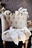 Sachen für das neugeborene Baby liegen auf dem Stuhl lizenzfreie stockfotos