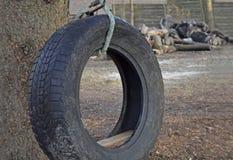 Sachen, zum mit alten Reifen zu tun Stockfoto