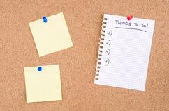 Sachen, zum von Listen-und Gelb-Mitteilungen auf einem Pinboard zu tun Stockfotografie