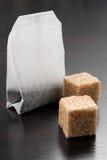 Sachet à thé avec des morceaux de sucre Images stock