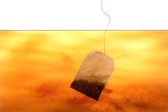 Sachet à thé dans l'eau photographie stock