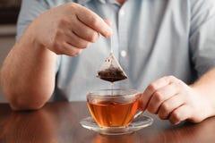 Sachet à thé dans la cuvette avec de l'eau chaude Photo stock