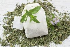 Sachet à thé en bon état et usine de menthe fraîche images stock