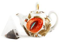 Sachet à thé et théière de brassage Photographie stock