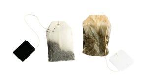 Sachet à thé nouveau et utilisé avec des labels de noir d'isolement images libres de droits