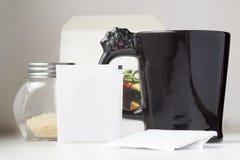 Sachet de thé avec la tasse de thé et le sucre roux de noir de sac à thé Photos libres de droits