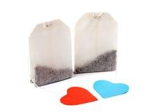 Sachets à thé avec les étiquettes en forme de coeur Image stock