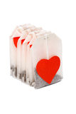 Sachets à thé avec les lables en forme de coeur Images stock