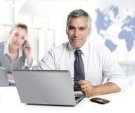 Sachkenntnisteamwork-Weltkarte des Geschäftsmannes ältere Lizenzfreie Stockfotos