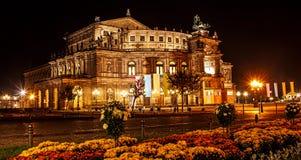 Sachsische Staatsoper德累斯顿撒克逊人的状态歌剧或Semperoper,德累斯顿,德国的歌剧院夜夏天美丽的景色  免版税库存照片