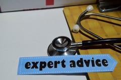 Sachverständigengutachten auf dem Druckpapier mit medizinischem und Gesundheitswesen-Konzept stockfotografie