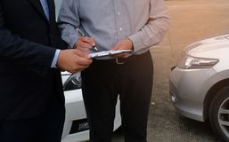 Sachverständiger-Versicherungsagent Inspecting Damaged Car Stockbilder