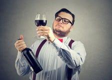 Sachverständiges Erforschungsgetränk des snobistischen Weins stockfotografie