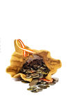 Sack вполне монеток и стог монеток приходит вне от мешка на wh Стоковое Фото