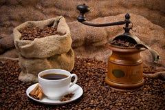 Sack der Kaffeebohnen, des weißen Cup und des Kaffeeschleifers Stockbild