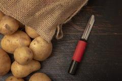 Sack des groben Sackzeugs gefüllt mit organischen Kartoffeln stockbilder