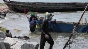 Sack-Fischer, welche die Barkasse Fang-Boots-Netz-See-Marine Reptiles Gulf Of Siams Thailand entlädt das Arbeiten sortieren stock footage
