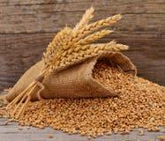 Sack mit K?rnern und Ohr des Weizens stockfotos