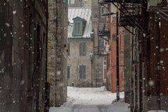 Sackgasse in Alt-Montreal im Winter unter dem Schnee lizenzfreie stockfotos