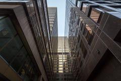 Sackgasse an der Unterseite von Wolkenkratzern in im Stadtzentrum gelegenem Toronto, Ontario, Kanada lizenzfreies stockbild