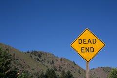 Sackgassezeichen auf der Straße, Straße im Land, Wegweise, Auto, dri Lizenzfreies Stockfoto