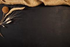 Sackstoff und -getreide mit schwarzem Kopienraum Lizenzfreies Stockfoto