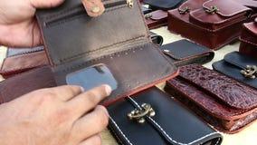 Sackt handgemachtes des Leders ein stock video