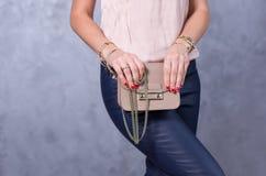 Sackt Modetrends ein Schließen Sie oben von der herrlichen stilvollen Tasche Fashionab Stockfotografie
