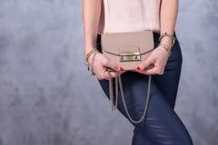Sackt Modetrends ein Schließen Sie oben von der herrlichen stilvollen Tasche Fashionab Lizenzfreie Stockfotos