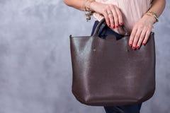 Sackt Modetrends ein Schließen Sie oben von der herrlichen stilvollen Tasche Fashionab Lizenzfreie Stockbilder
