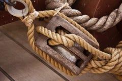Sackzeugseil und hölzerne Seilrolle lizenzfreie stockfotos