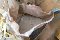 Saco aberto do cimento seco Fotos de Stock Royalty Free
