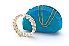Saco azul do ` das senhoras Bracelete para a mão e uma corrente do ouro Fotografia de Stock