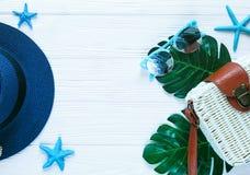 Saco branco do rattan, chapéu de palha no fundo branco saco na moda de bambu, estrela do mar, escudos O plano da forma do verão c foto de stock royalty free