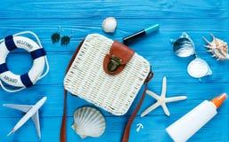 Saco branco do rattan no fundo azul saco na moda de bambu, estrela do mar, escudos A forma do verão lisa coloca, turismo, férias, fotos de stock