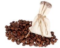 Saco com café à terra e café nas grões fotografia de stock