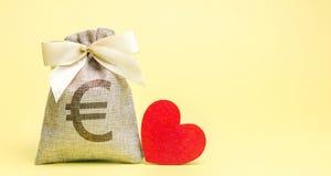 Saco com euro- sinal e coração vermelho charity donation Ajuda social oferecer-se Dia do `s do Valentim Dinheiro da economia acum imagem de stock royalty free