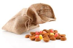 Saco com os doces holandeses típicos: pepernoten Foto de Stock